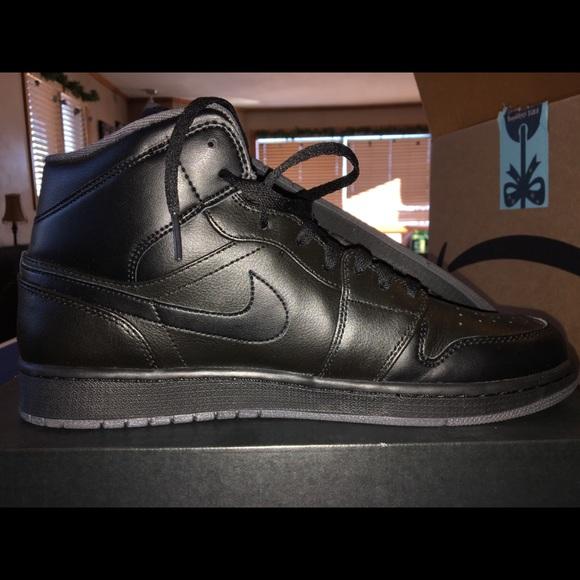 """official photos 85cb8 21d5c Jordan 1 Mid """"Triple Black"""""""